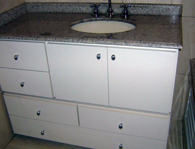 Gabinete de banheiro branco