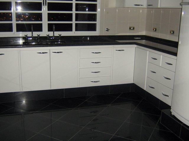 Gabinete de cozinha na Vila Alpina, lindo de canto em L, em fórmica branca,prateleiras internas, gavetas com corrediças e puxadores em aço escovado.