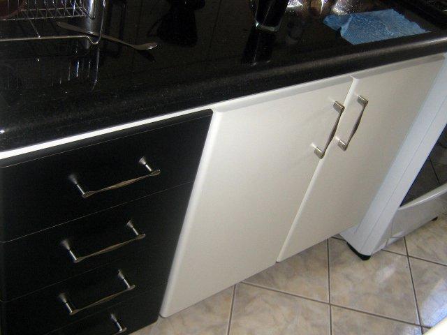 Gabinete para cozinha acompanha a caixa do fogão um lindo gaveteiro preto, gavetas com corrediças deslizantes combinando com a pia em granito, puxadores em aço cromado.