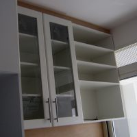 vejam só esse armário de cozinha com prateleiras expostas, cristaleira com acabamento marfim muito lindo